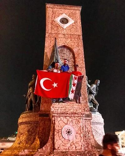 Turcos pró-Erdogan festejando o falhanço do golpe de estado em Taksim, Istambul, com a bandeira turca e a bandeira colonial francesa da Síria que actualmente é utilizada como bandeira do a organização terrorista Exército de Libertação Sírio