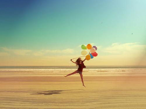 balloon-balloons-beach-colorful-girl-happy-Favim.c