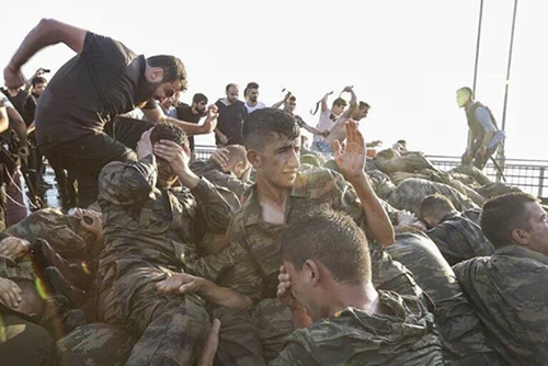 Linchamento de jovens militares turcos em Istambul