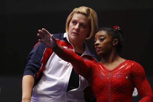 Simone Biles com a treinadora Aimee Boorman/MATTHIAS SCHRADER-AP