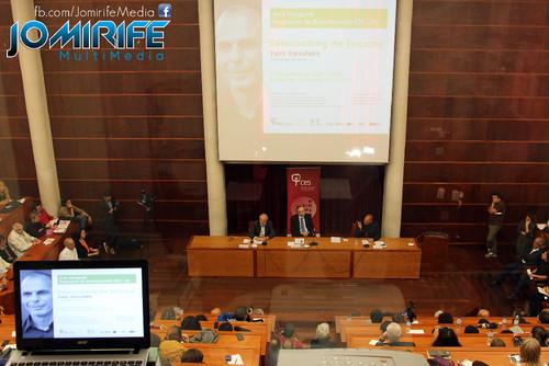Conferência de Yanis Varoufakis sobre «Democratizar a zona Euro» na Universidade de Coimbra no dia 17 de outubro de 2015 - Cartaz projectado [en] Yanis Varoufakis Conference about