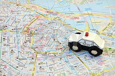 carro-de-polícia-no-mapa-da-cidade-11170966.jpg
