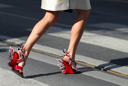 Milano-ulična-moda-čevlji-Prada.jpg
