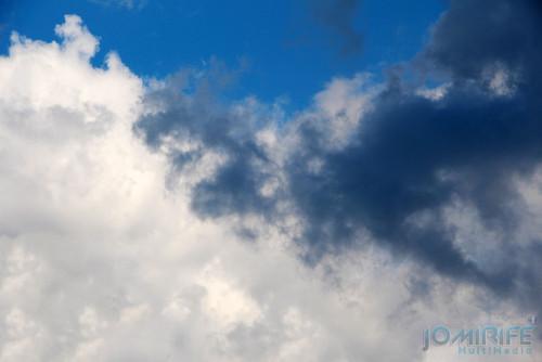 Nuvem branca e nuvem preta com chuva. White cloud and black cloud with rain