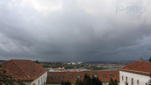 Céu com nuvens escuras em Coimbra para o lado do Centro Comercial Forum. Sky with dark clouds in Coimbra toward the Forum Shopping Center