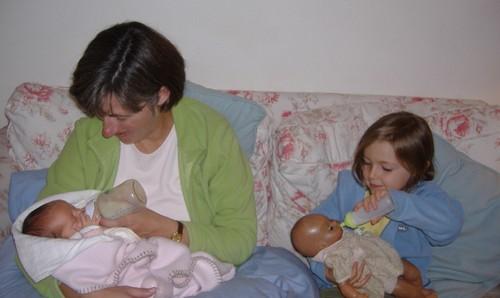 Sara a mamar e Lúcia.JPG