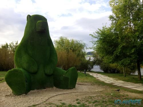 Grande urso de relva no parque verde do Mondego de Coimbra [en] Big grass Bear in the Mondego Green Park in Coimbra Portugal
