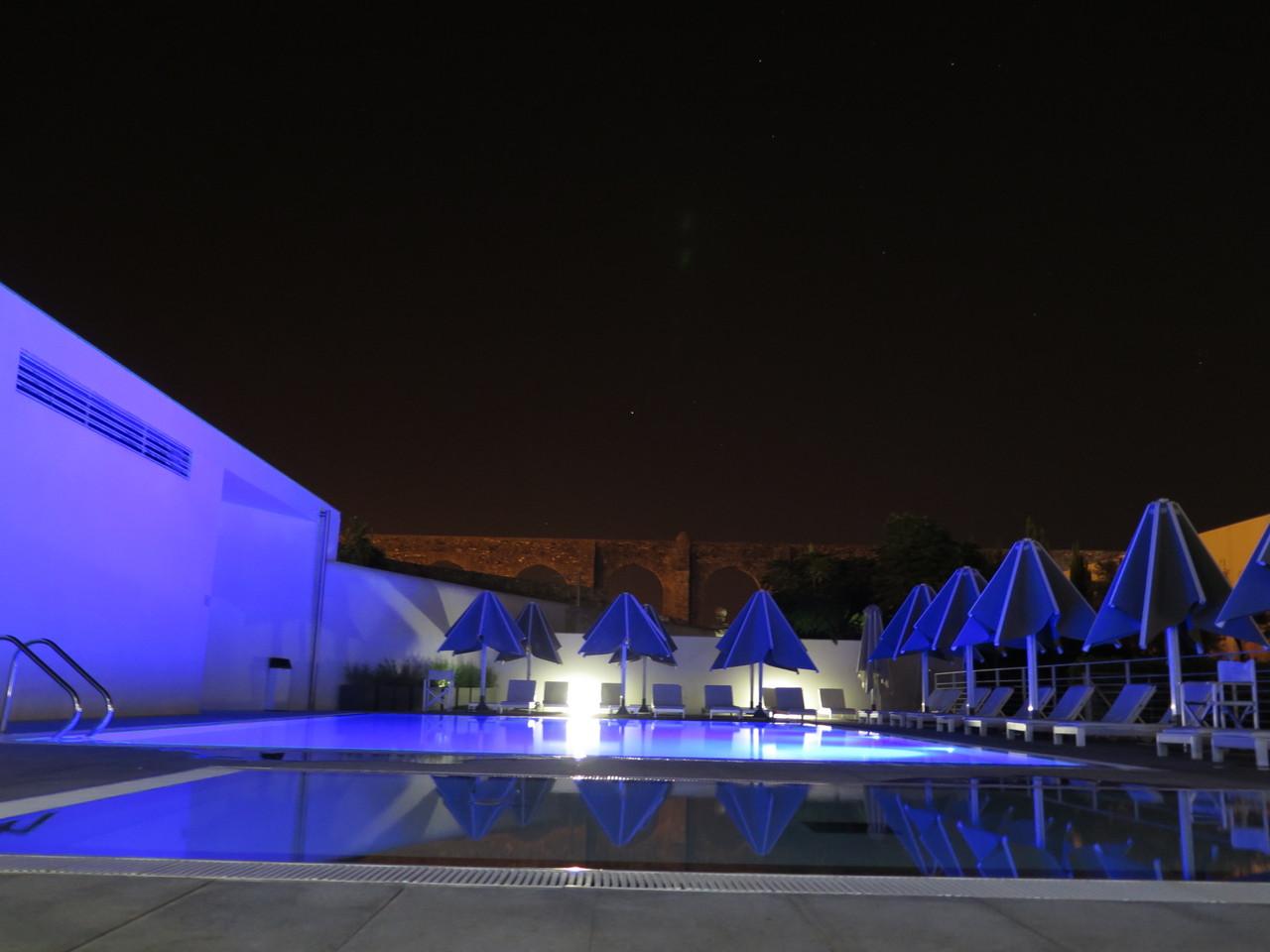 Na esplanada do Degust'AR, a piscina ao ar livre do Mar de Ar Aqueduto Hotel & Spa… e o próprio Aqueduto