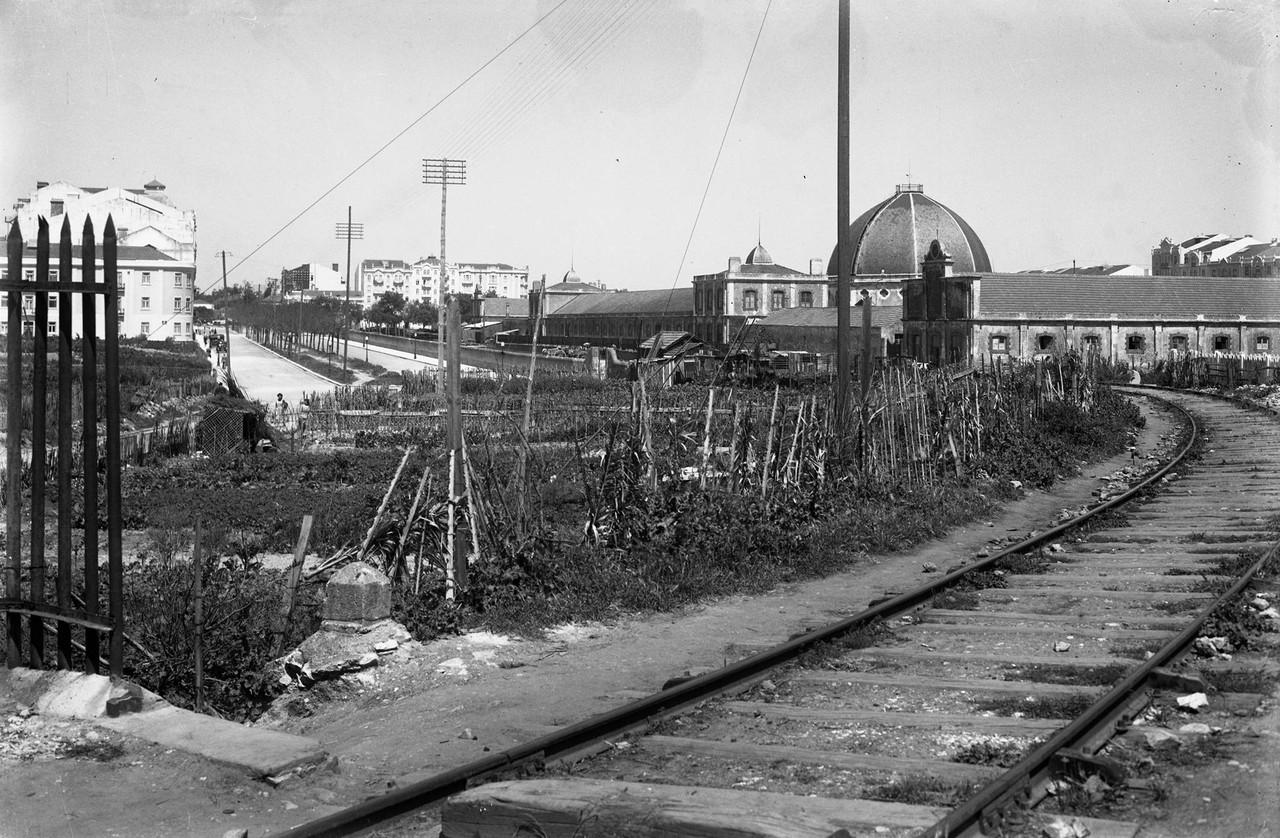 Linha férrea de cintura junto do mercado Geral de
