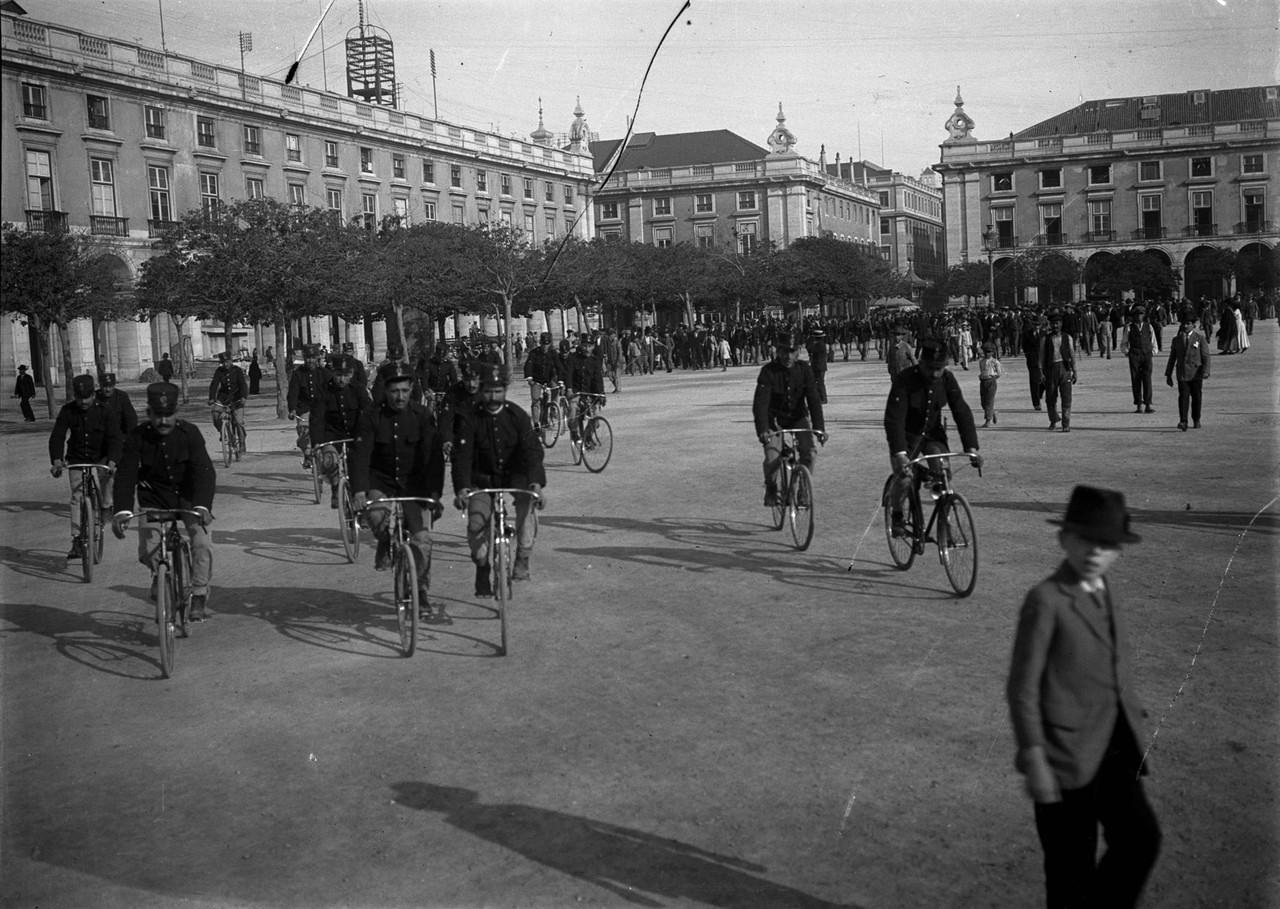 Forças policiais em exercícios, 1918, foto de Jo