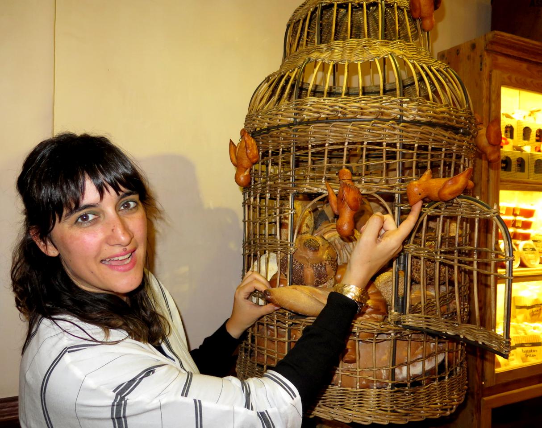 Joana Astolfi e os pássaros que entram na gaiola para comer pão