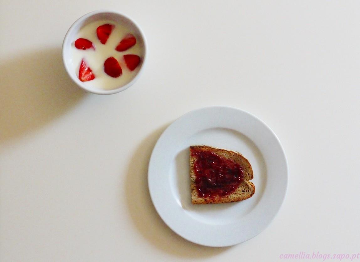 pequeno almoço pão compota iogurte morangos.jpg