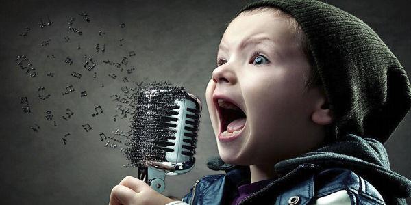 crianca_cantando_microfone.jpg