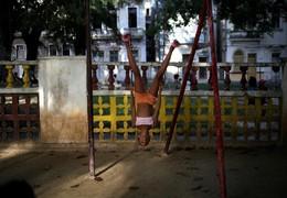 Criança num parque em Havana, Cuba