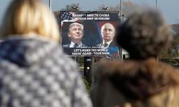 Cartaz Trump e Putin em Danilovgrad, Montenegro