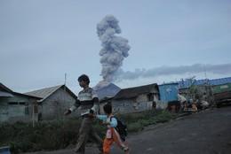 Vulcão Monte Sinabung, Sumatra do Norte, Indonés