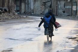 Rebelde com arma e comida bicicleta Alepo, Síria