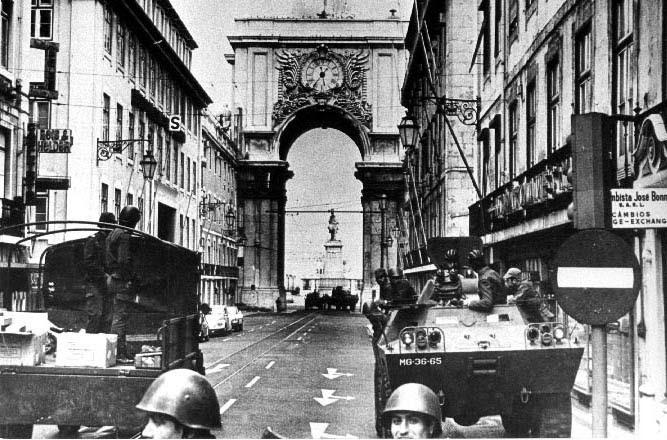 Carros blindados e tropas na Rua Augusta em Lisboa