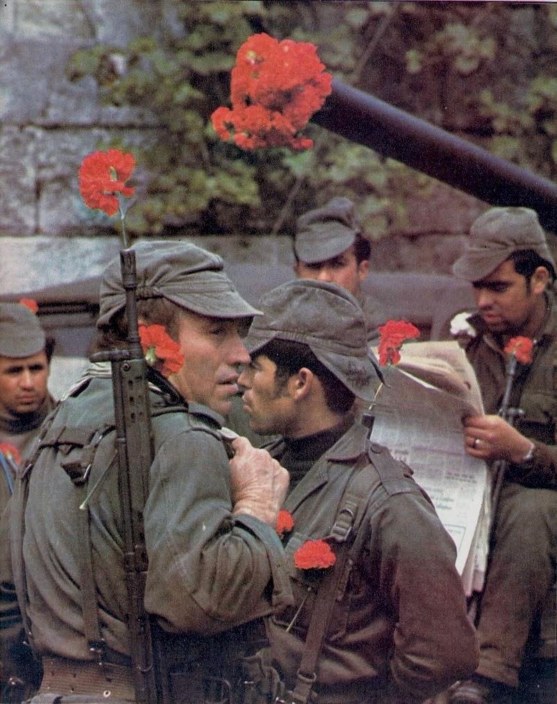 Militares com cravos encarnados.jpg