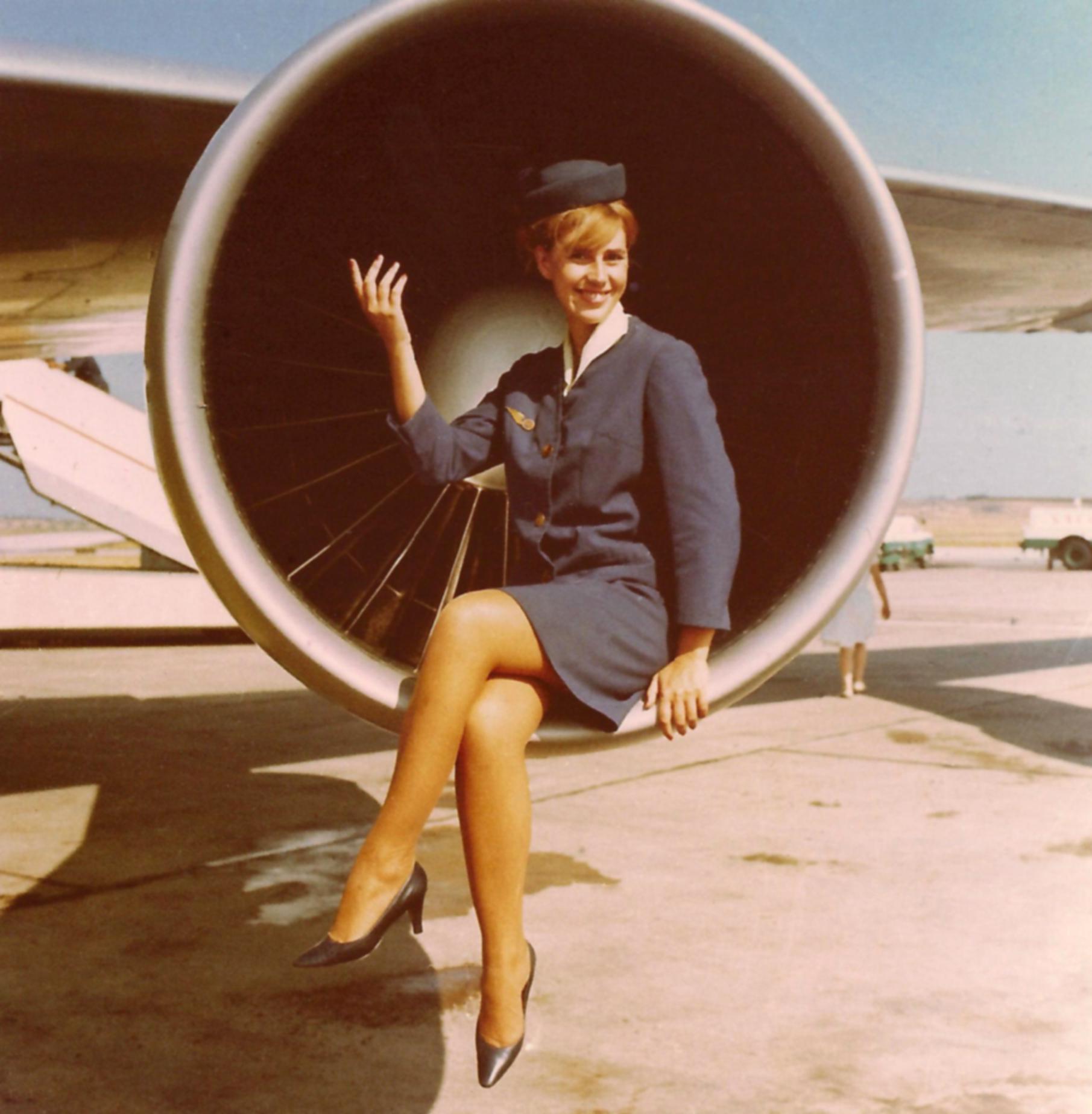 A/B Margarida Rouillé com 6.º uniforme da TAP, Aeroporto da Portela, 1968 (D. Vacchi, Museu da TAP, 122FOTG)