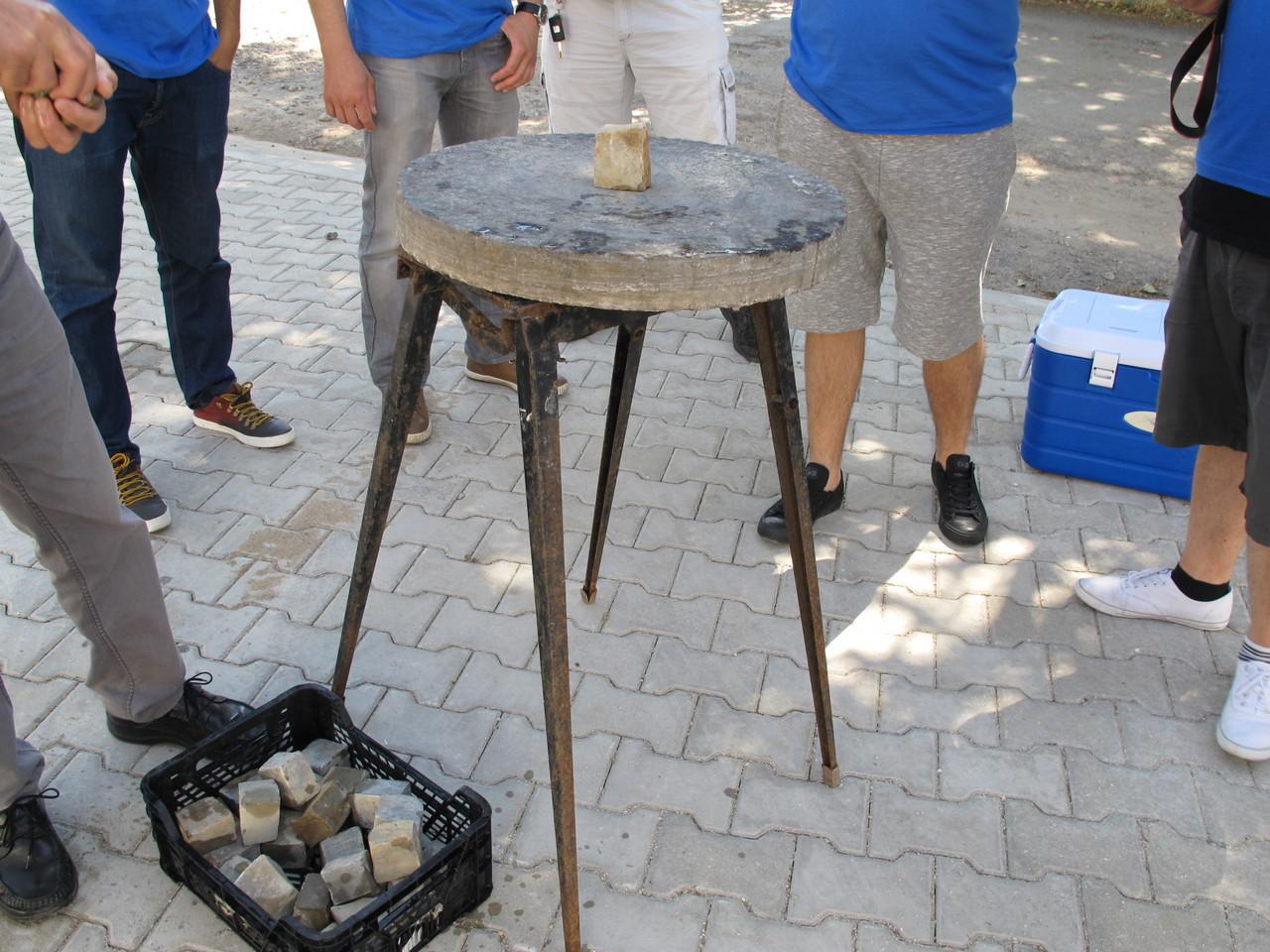 Numa base em pedra… é posta uma pedra no centro